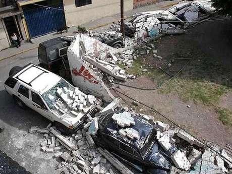 Los vehículos quedaron bajo los escombros de la barda que colapsó en la Colonia San Agustín Primera Sección, en el Municipio de Ecatepec.
