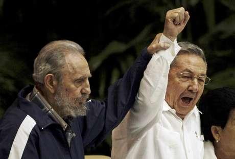 El general-presidente de 80 años consumió el 40% de su tiempo en la presidencia, pues tras sustituir interinamente a su hermano enfermo Fidel en 2006, y ser electo presidente por el Parlamento en 2008, limitó los cargos en Cuba a dos mandatos de cinco años, periodo en el que tendría que implantar su proyecto de renovación.