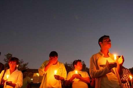 """Decenas de personas llegaron la tarde y noche de ayer hasta la Posta Central para encender velas para pedir por la salud de Daniel Zamudio, quien mantiene su estado crítico. Los médicos descartan por el momento su muerte cerebral, aunque está con algunos """"signos de ella""""."""