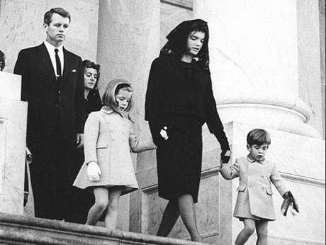 Robert Kennedy, Jacqueline Kennedy y sus hijos.