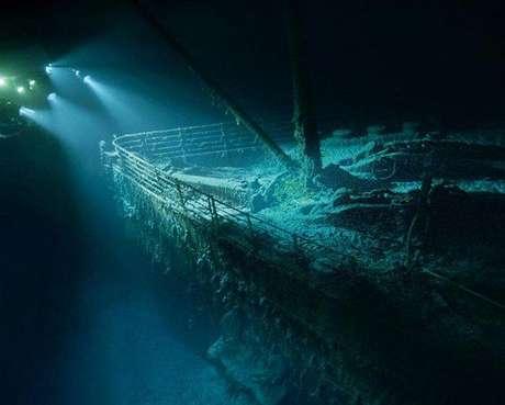 A unos cuatro kilómetros de profundidad, la espectral proa del Titanic emerge de la oscuridad durante una inmersión del explorador y cineasta James Cameron en 2001. El barco habría resistido una colisión frontal con un iceberg, pero el choque por el costado de estribor perforó demasiados compartimentos estancos.