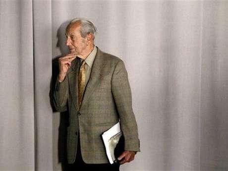 Harold Camping y su doble fallido. El predicador norteamericano causó un verdadero revuelo cuando anunció el año pasado, que el 21 de mayo de 2011 se acabaría el mundo. El pastor además gastó millones de dólares en publicidad para dar a conocer este hecho, pero la desazón también fue inmensa cuando no sucedió nada. Camping sufrió un derrame cerebral, pero igual siguió en su postura: dijo que se había equivocado en un cálculo y que en realidad, el apocalipsis iba a suceder en octubre de 2011.