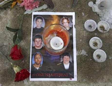 Tiroteo de Chardon - 27 de febrero de 2012: Un estudiante disparó con un revólver en la cafetería de la secundaria Chardon High School en Ohio, al este de Cleveland, Ohio, matando a tres alumnos y dejando a otros dos heridos, antes de ser perseguido por un profesor y entregarse. Los tres jóvenes que perdieron la vida son los que se encuentran a la izquierda de la imagen.