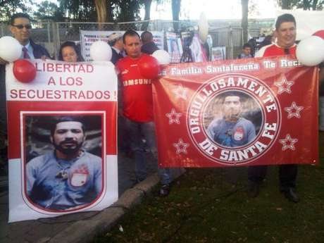 Hinchas de Santa Fe dieron la bienvenida a la libertad al sargento Luis Arturo Arcia, hincha del equipo cardenal