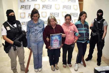 Silvia Meraz (con cuadro de la Santa Muerte) alentaba a su padre, a sus hijas y yernos a participar en los sacrificios humanos.