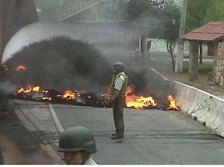 Protestas tienen cortada la vía.