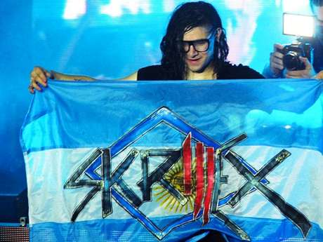 Tiene apenas 24 años, y ni un solo larga duración editado, pero Sonny John Moore, más conocido como Skrillex, revolucionó al ambiente de la música electrónica en el último año. Skrillex deslumbró en su primera visita a Argentina con dos shows en Buenos Aires. Lista de temas de Skrillex en Groove: Calling Your Name, Scary Monsters and Nice Sprites VIP, Welcome to Jamrock, Tarantula [Pendulum], Breakn' a Sweat, Right In, Right on Time, Levels (cover de Avicii), Kill The Noise [Alvin Risk Remix], Promises [Skrillex and Nero Remix] (cover de Nero), Booty Clap, The Devil's Den, Kill EVERYBODY, Internet Friends (cover de Knife Party), Weekends (Ft. Sirah), Rock N' Roll (Will Take You to the Mountain), Ruffneck (FULL Flex), Reptile, Bass Cannon, (cover de Flux Pavilion), Kyoto, Bangarang, Summit, Must Be The Feeling [Kill The Noise Remix] (cover de Nero), First of the Year (Equinox), With You Friends (Long Drive Mix), Cinema (cover de Benny Benassi) y Scary Monsters and Nice Sprites.
