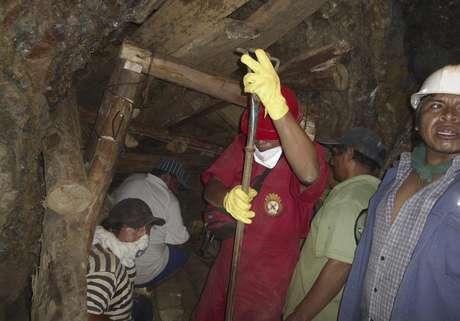 El Gobierno de Perú solicitó el apoyo de expertos de las grandes compañías mineras para rescatar a los nueve trabajadores que permanecen atrapados en una mina artesanal de la región Ica desde el jueves pasado.