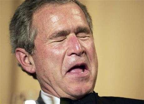 """George W. Bush. El expresidente de Estados Unidos fue acusado varias veces de tener problemas con el alcohol. El psiquiatra Justin Frank realizó un estudio en el que afirmó que Bush es un """"alcohólico no curado"""" que pudo haber sufrido graves daños cerebrales a raíz de beber desmesuradamente. Bush habría dejado la bebida a los 40 años. Bush dijo una vez al Washington Post que él no consideraba """"un problema"""" su relación con la bebida. Un informe previo de la prensa decía que Bush se había alejado solo de la adicción."""