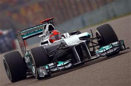 El piloto alemán Michael Schumacher durante la segunda sesión de entrenamientos del Gran Premio de China, abr 13 2012.  El piloto alemán Michael Schumacher volvió el viernes al lugar de su última victoria para establecer la vuelta más rápida para Mercedes en los entrenamientos para el Gran Premio de China de la Fórmula Uno.