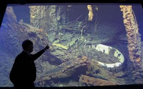 Ballard señala su material de archivo de los restos del naufragio del Titanic, que forma parte de la exposición en el edificio de Belfast, Irlanda del Norte.
