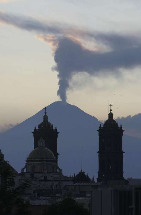 El Centro Nacional de Prevención de Desastres (Cenapred) elevó el nivel del semáforo de alerta volcánica del Popocatépetl de color amarillo fase 2 a fase 3 debido al incremento de su actividad.