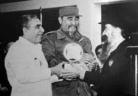 Otro de sus grandes amigos es el escritor colombiano Gabriel García Márquez, Premio Nobel de Literatura en 1982, quien es uno de sus grandes defensores.