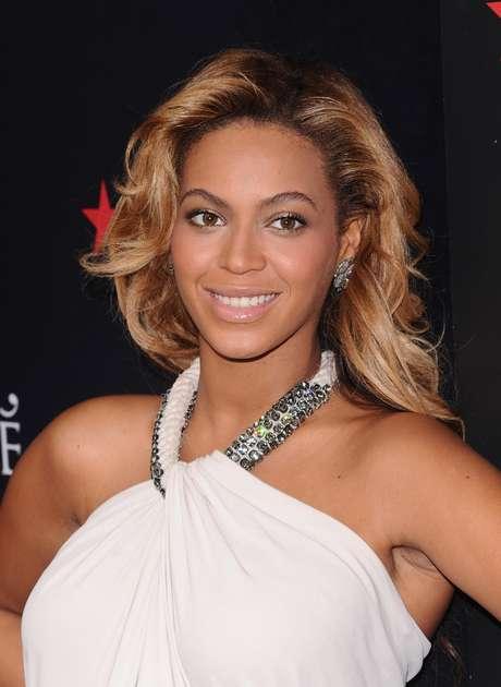 """La cantante Beyonce Knowles promueve su perfume """"Pulse"""" en la tienda Macy's de Nueva York el 22 de septiembre del 2011. La revista People nombró a Beyonce la mujer más hermosa del mundo del 2012."""