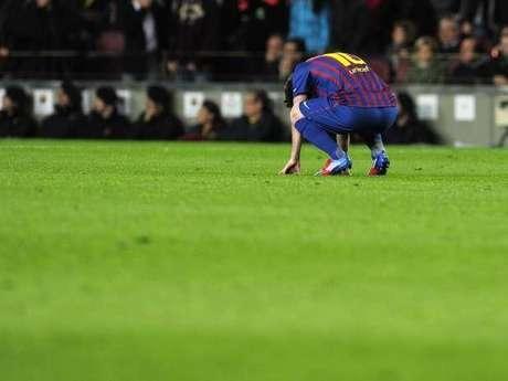 Lionel Messi, desconsolado al errar un lanzamiento desde el punto de pena máxima en el juego que Barcelona empató 2-2 con Chelsea y quedó eliminado de Champions.
