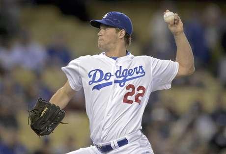 El abridor de los Dodgers de Los Angeles, Clayton Kershaw, logró su 10ma decisión consecutiva en la victoria del equipo por 3-2 sobre los Nacionales de Washinton en Los Angeles, el viernes 27 de abril de 2012. En la imagen, Kershaw lanza contra un rival en la segunda entrada del encuentro.