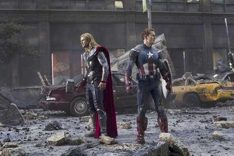 """Chris Hemsworth en el papel de Thor, izquierda, y Chris Evans en el de Capitán América en una fotografía de la película """"The Avengers"""" proporcionada por Disney."""