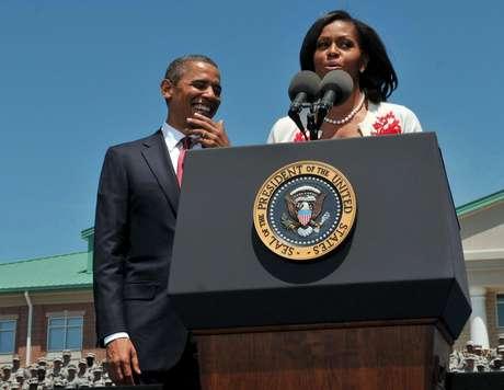 El presidente Barack Obama escucha a la primera dama Michelle Obama durante una visita al Fuerte Stewart, en Georgia, el viernes 27 de abril de 2012.