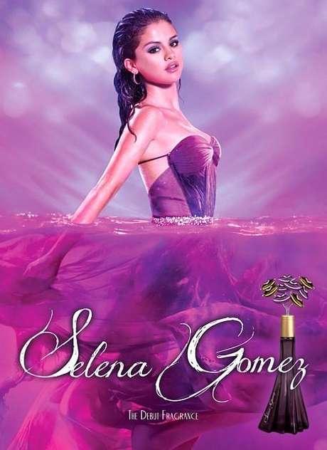 30 de Abril del 2012 - Selena Gomez causa controversia por su tan atrevido y provocador look y pose en la publicidad de su perfume. ¡Give me a break!