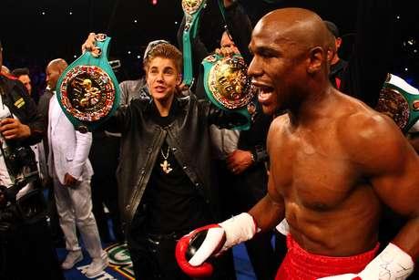 Una gran sorpresa se llevaron los asistentes al MGM de Las Vegas al ver que Floyd Mayweather Jr. estaba salió muy bien acompañado de su camerino. Como ya es usual, su gran amigo 50 Cent estaba junto a él, pero también hacían presencia Justin Bieber y Lil' Wayne.