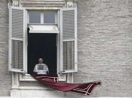 El papa Benedicto XVI lee un mensaje antes de dar la misa desde la ventana de su estudio en la Plaza de San Pedro, en Roma, el 6 de mayo de 2012.