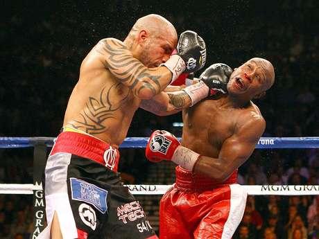 Miguel Cotto golpea a Floyd Mayweather Jr.. El puertorriqueño y el norteamericano dieron la pelea del año
