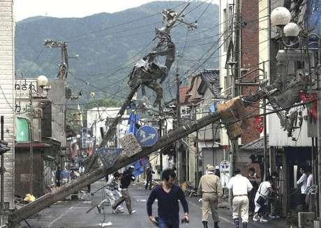 La televisora pública NHK mostró hileras de casas sin techos, complejos de apartamentos con los balcones destruidos y cristales despedazados, y postes de teléfonos inclinados que apenas podían estar de pie.