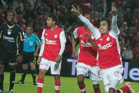 Hugo Acosta (d) luego de marcar su primer gol como profesional, en el partido donde Independiente Santa Fe goleó 5-0 a Real Cartagena.