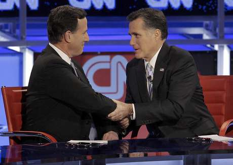 Rick Santorum y Mitt Romney se saludan tras el debate realizado en Arizona en febrero pasado.