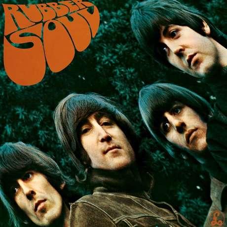 'Rubber Soul' es otro gráfico relacionado. Se dice que los protagonistas de la imagen miran de manera triste por la pérdida de McCartney. Un dato más asegura que la foto fue tomada en la tumba del creador de 'Yesterday'.
