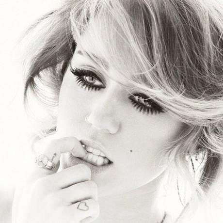 Mayo 10 de 2012 - Miley Cyrus presume pestañas XXL en Twitter. Muy fiel a un estilo 'trash', la cantante luce sus ojos bien marcados.