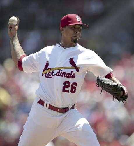 El pitcher de los Cardenales de San Luis, Kyle Lohse, lanza contra los Cachorros de Chicago el martes, 15 de mayo de 2012, en San Luis.