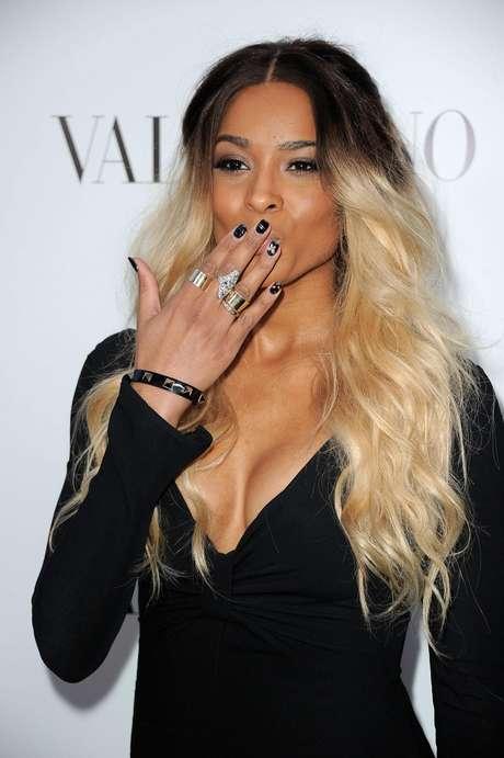 A cantora Ciara combinou o look preto com unhas pretas