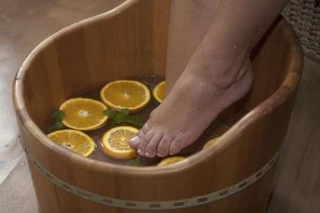 Prática milenar, o escalda-pés alivia o cansaço e o estresse, estimula a circulação sanguínea, reduz o inchaço, suaviza a pele e, ainda, combate a ansiedade