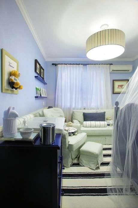Neste quarto projetado pelo arquiteto Lisandro Piloni, todos os adereços são laváveis: as cortinas, o mosquiteiro e até o tapete
