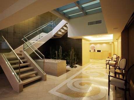 Projeto de Eike Batista no centro médico MDX, o Spa Beaux reúne cuidados com muito luxo e uma especialização em dermatologia. Os salões de tratamento têm móveis de madeira com design minimalista, mosaicos e banheiras estilosas