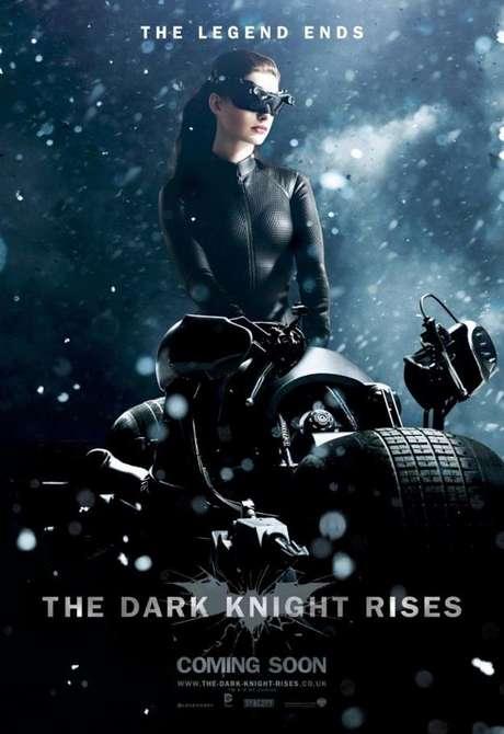"""Cada vez falta menos para que la tercera entrega de Batman, """"The Dark Knight Rises"""", a cargo del director Christopher Nolan, llegue a la pantalla grande. Casi dos meses antes, Warner Bros ataca con otro grupo de imágenes promocionales en las que se puede ver Batman (Christian Bale), Gatúbela (Anne Hathaway) y al villano Bane (Tom Hardy), en medio de lluvia, rocas y nieve."""