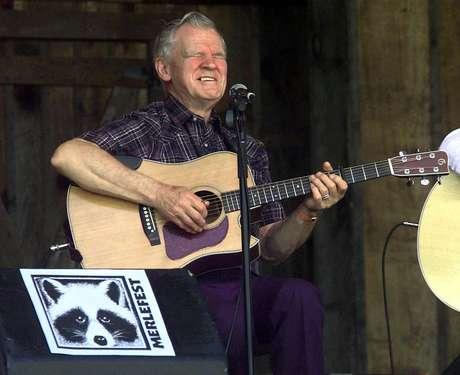 La leyenda de la música folk Doc Watson durante una presentación en el Merlefest en el Colegio Comunitario de Wilkes en Wilkesboro, Carolina del Norte en una fotografía de archivo del 28 de abril de 2001. Watson está en estado crítico tras sufrir una caída en su casa en Carolina del Norte, informó su hija Nancy el 24 de mayo de 2012.