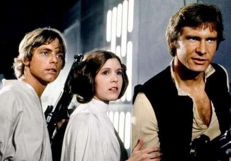 """Hoy, hace 35 años, las salas de cine del mundo recibieron la primera parte de una de las sagas de ciencia-ficción más fascinantes jamás escritas. """"Star Wars"""" apareció, a los acordes del genial John Williams, asentando lo que sería el inicio de una de las tradiciones cinematográficas """"frikis"""" más populares de todos los tiempos. Y muchos son los directores de cine que han admitido que esta saga, y esta cinta en específico, han delineado aspectos fundamentales de sus carreras. El Huffington Post realizó un interesante recuento, hoy en el proclamado """"Día del Orgullo Friki"""" a nivel mundial, y acá Terra Perú lo trae."""