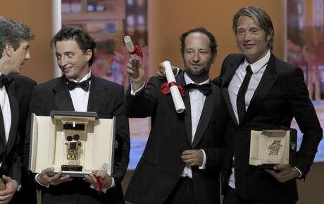 De izquierda a derecha, el integrante del jurado Alexander Payne, los directores Benh Zeitlin, Carlos Reygadas y el actor Mads Mikkelsen con sus premios durante la 65ta ceremonia en el Festival de Cine de Cannes en Francia el domingo 27 de mayo de 2012.