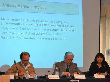 El diputado Cristián Monckeberg (RN), Oscar Landerretche del Instituto de Asuntos Públicos de la Universidad de Chile y la ex subsecretaria de Carabineros, Javiera Blanco.