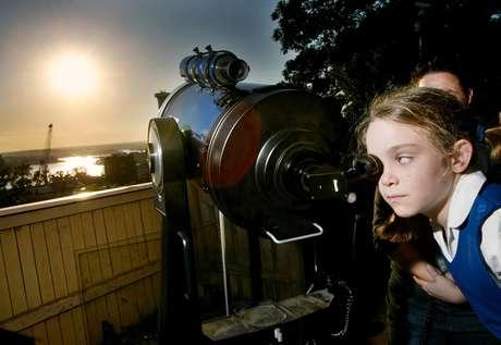 En esta foto de archivo del 2004 la astrónoma aficionada Jody McGowen mira a través de un telescopio el transito de Venus en Sydney. Venus pasará de nuevo frente al sol el martes 5 de junio de 2012, y el fenómeno será visible desde algunos lugares de la tierra. Este será el último transito por más de 100 años.