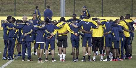 Los jugadores de la selección de Colombia se reúnen en la cancha durante un entrenamiento en Bogotá, el miércoles 6 de junio de 2012. Colombia enfrentará a Ecuador el 10, en la eliminatoria mundialista