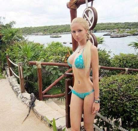 Ahora la rusa Valeria Lukyanova seduce a sus miles de fans publicando imágenes de sus vacaciones en las redes sociales en donde presume de su figura en bikini.