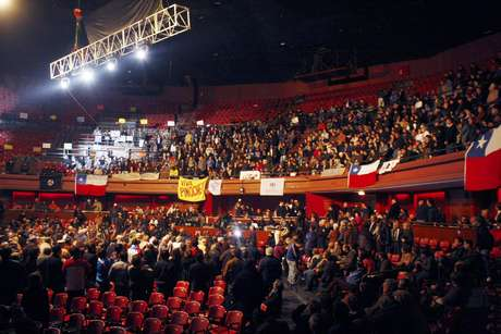 Ajenos a los incidentes que se desarrollan en las afueras, numerosos partidarios del fallecido general Augusto Pinochet llevan a cabo el polémico homenaje organizado en el Teatro Caupolicán, donde se exhibirá un documental sobre su figura.
