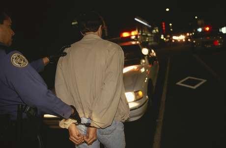 Todos los arrestados, entre ellos el maestro de quinto grado de una escuela de Orlando Mathew Chillcott, de 43 años, y Wilson Silva, un residente en Brooksville, de 31 años, incluido en el registro de agresores sexuales, enfrentan cargos por viajar hasta el condado Polk con la intención de tener relaciones sexuales con un menor de edad.