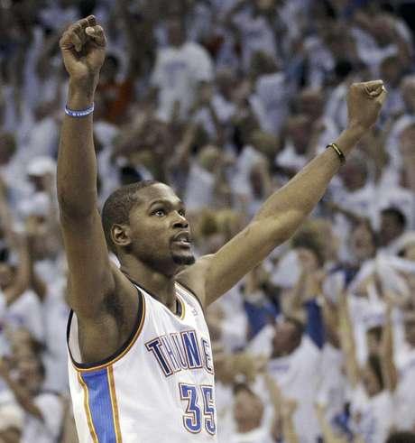 El alero del Thunder de Oklahoma City, Kevin Durant (35), festeja el triunfo sobre los Spurs de San Antonio en el Juego 6 de la final de la Conferencia del Oeste de la NBA, el miércoles 6 de junio de 2012 en Oklahoma City. El Thunder enfrentará al Heat de Miami el martes 12 de junio en el Juego 1 de la final de la liga.
