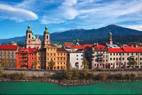 Atravessada pelo rio Inn, com as montanhas ao fundo, Innsbruck combina uma linda arquitetura com belezas naturais
