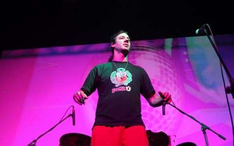 Una de las bandas chilenas más importantes de la movida funk regresó a los escenarios este miércoles en un club de Santiago frente a sus fieles seguidores y lo que más llamó la atención de los presentes fue la camiseta que llevaba puesta el vocalista Tea Time, quien usó una prenda con el escudo de Perú en el pecho.