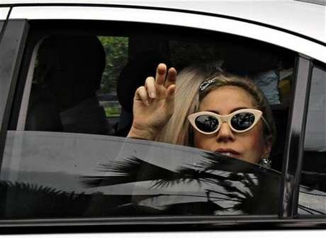 """La cantante Lady Gaga saluda a su llegada al aeropuerto Changi de Singapur, mayo 26 2012. El Gobierno tailandés atacó por segunda vez en pocas semanas a la sensación del pop Lady Gaga al presentar una denuncia ante la policía por el uso """"ofensivo"""" de su bandera nacional el mes pasado durante un concierto para el que se agotaron las entradas."""